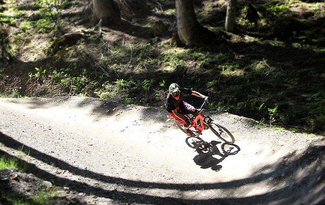cyklista v lese