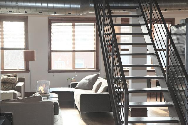 schody nad pohovkou