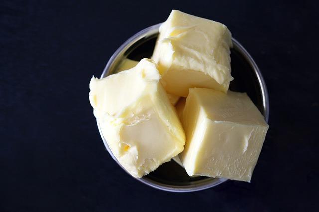 kostky másla