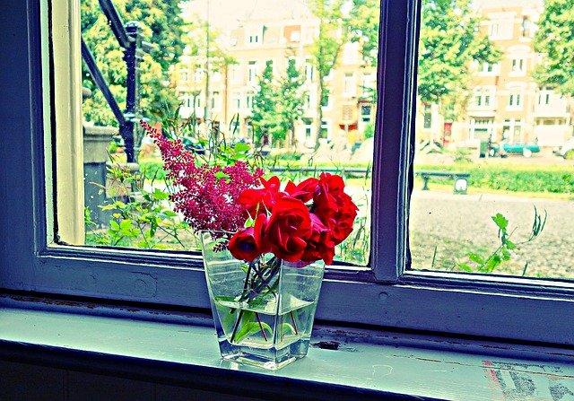 kytice na okně