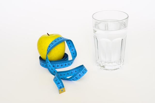 voda, jablko a metr