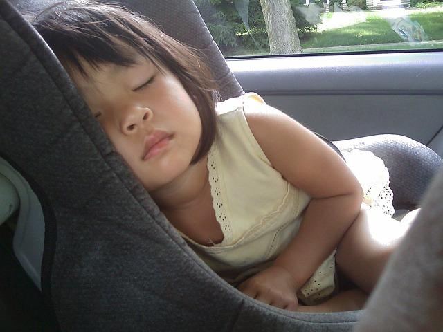dívka v autosedačce