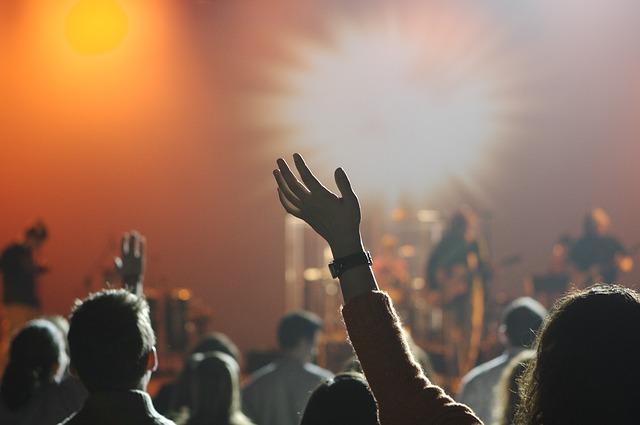 zpěvák na podiu