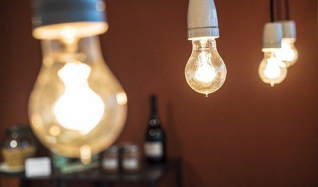 čtyři žárovky