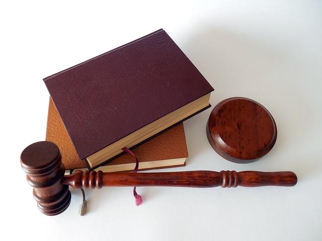 kladivo a zákony