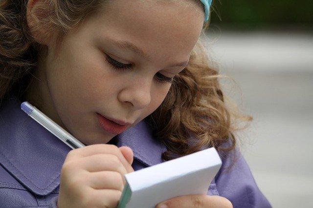 holka s zápisníkem