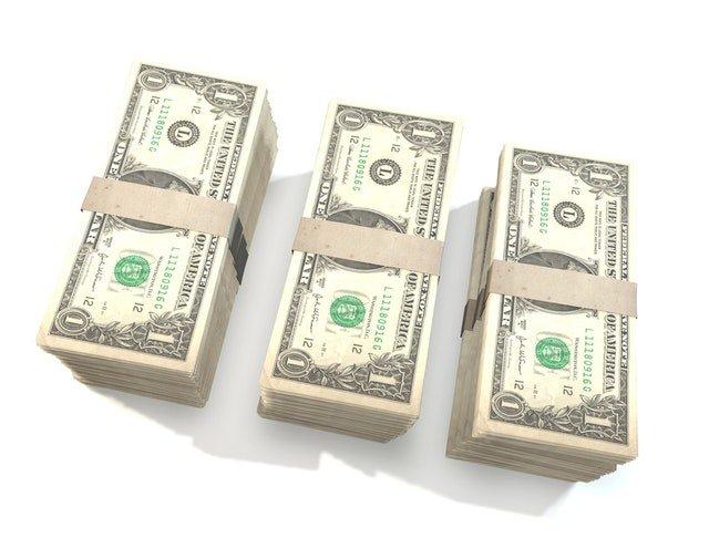 tři balíčky bankovek