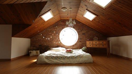 postel, šikmá střecha